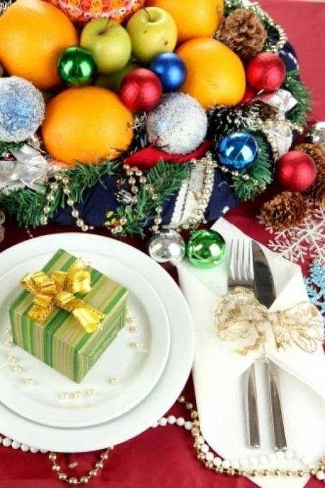 Як прикрасити новорічний стіл ялинковими іграшками. Фото ідеї