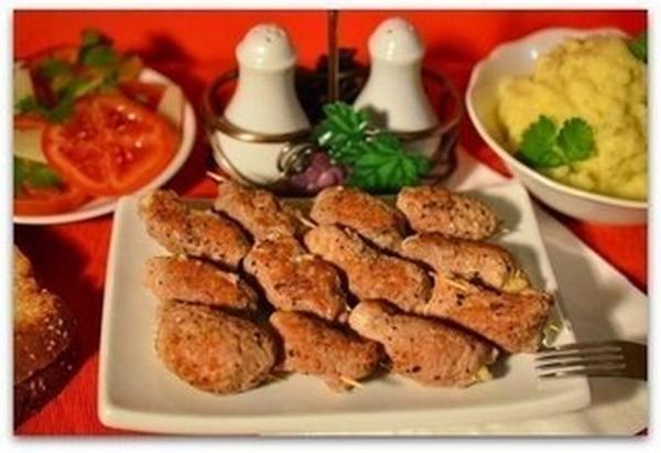 Курячі рулетики з грибами і сиром в сметанному соусі. Покроковий рецепт з фото