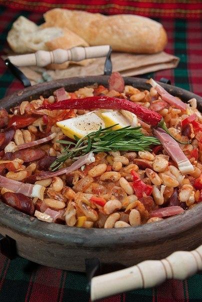 Квасоля в сільському стилі з ковбасками і овочами. Рецепт від Брахман з Одеси