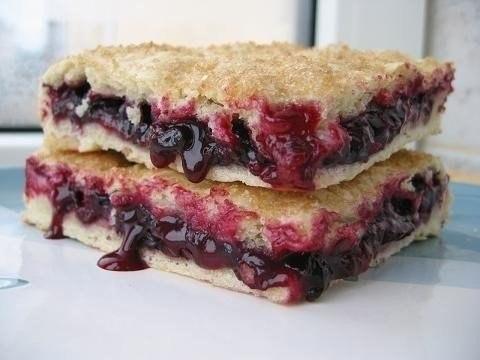 Пісний пиріг з чорною смородиною. Рецепт з фото
