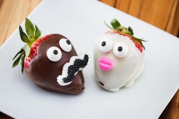 Романтичний і веселий десерт: полуниця в шоколаді. Рецепт з фото