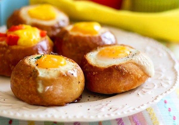 Смачний сніданок за 5 хвилин. Яйце в булочці з шинкою
