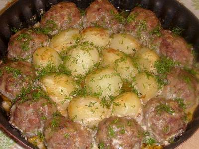 Котлетки з картоплею в сметанно-томатному соусі. Рецепт