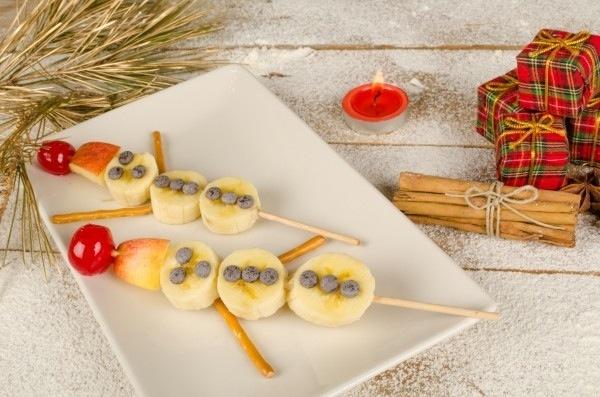 Новорічний варіант для дитячого столу — Сніговики з фруктів. Рецепт з фото