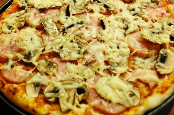 Піца з шинкою та грибами рецепт з фото