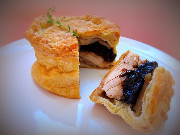 Стильний міні-пиріг з куркою і чорносливом. Рецепт