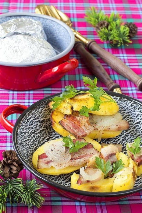 Картопля запечена з копченим салом у фользі. Покроковий рецепт з фото