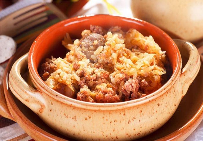 Листкова смакота: капуста з фаршем і домашньою ковбаскою. Покроковий рецепт з фото