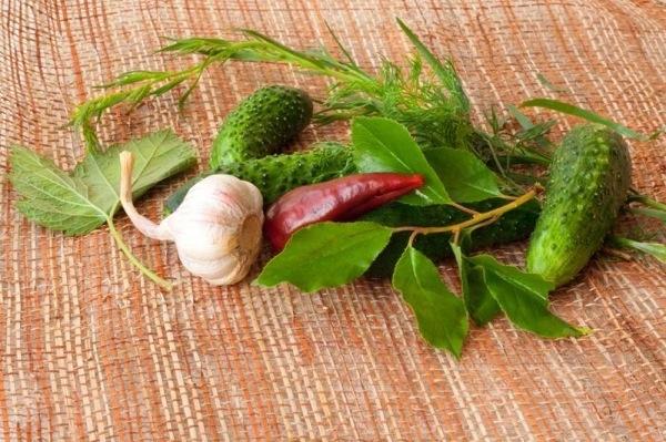 Смачні, домашні малосольні огірки. Покроковий рецепт з фото